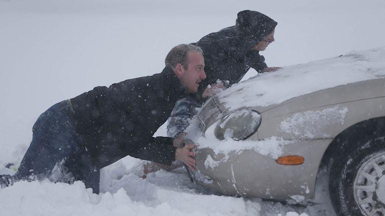 Många har fastnat i snön i New York. Foto: Derek Gee/ AP/ TT.