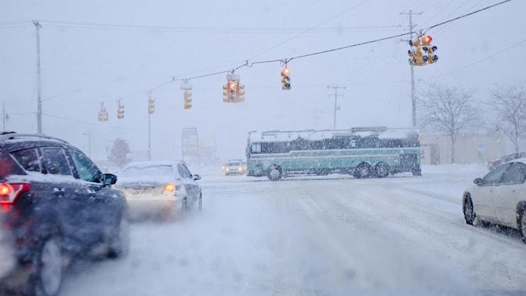 Snöstormen gjorde att trafiken i flera områden slogs ut. Foto: Joel Bissell/ AP/ TT.