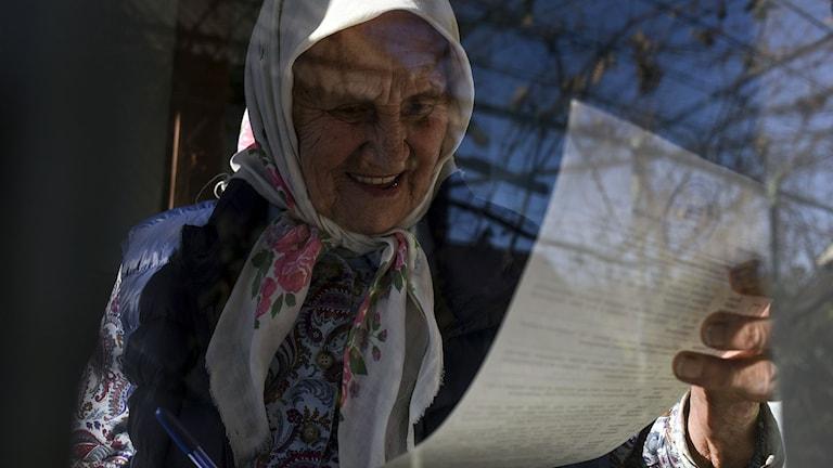 Många tar sig till Konstantinovka för att få ut sin pension.  Foto: Evgeniy Maloletka/TT.