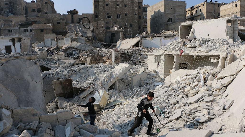 Två pojkar leker i ruinerna av vad som en gång var en byggnad, i norra delen av Aleppo.