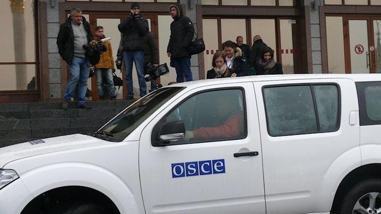 OSSE (även känt som OSCE) har fått sina bilar beskjutna i sydöstra Ukraina, deras ID och märkning har också använts av andra än OSSE:s egna observatörer. Foto Maria Persson Löfgren / Sveriges Radio
