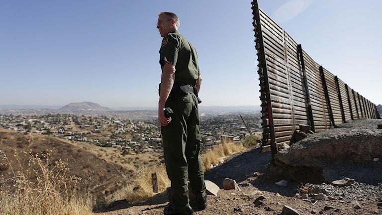 En amerikansk gränsvakt vid övergången till Mexiko. Foto: Gregory Bull/TT.