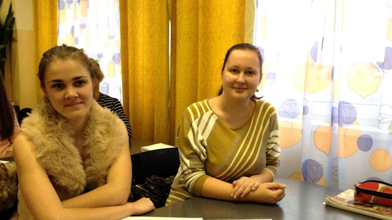 Aia och Samantha som går näst sista året på gymnasiet i Krāslava. De är upprörda över att media stämplat deras stad och deras skola som prorysk. Foto: Thella Johnson/Sveriges Radio.
