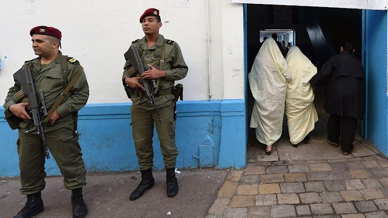 Tunisisk säkerhetstjänst bevakar en vallokal i huvudstaden Tunis i söndagens presidentval. Foto: Fadel Senna/TT.