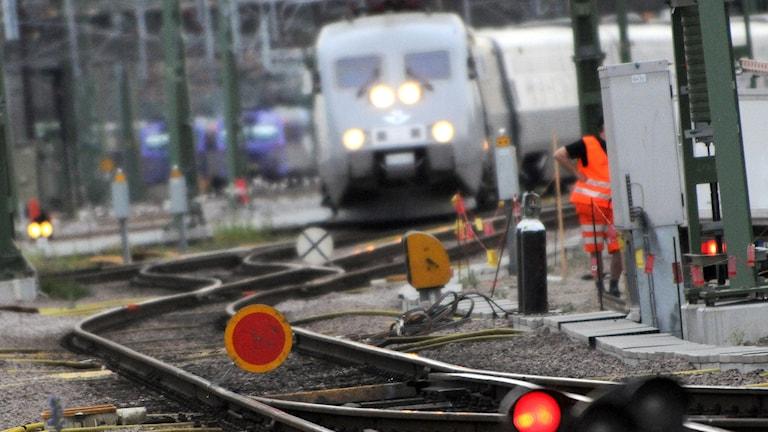 Ett X2000-tåg kör in mot en växel. Foto: TT.
