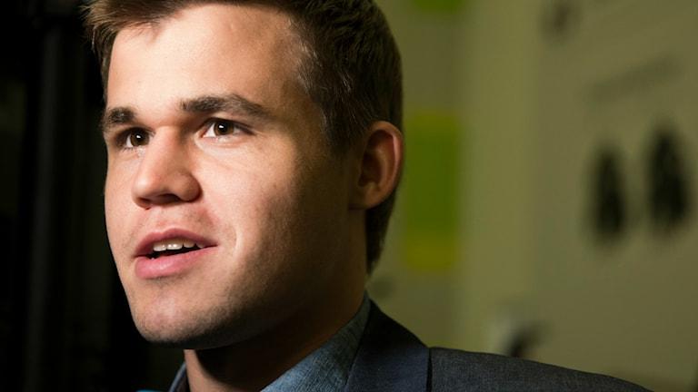 Magnus Carlsen ler