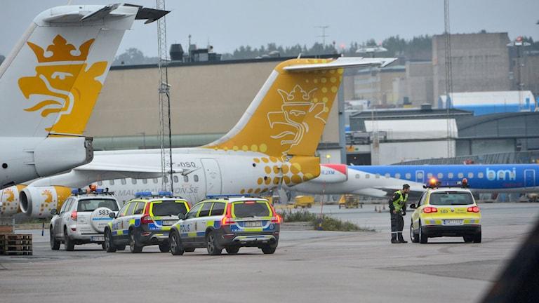 poliser vid ett flygplan på Bromma flygplats