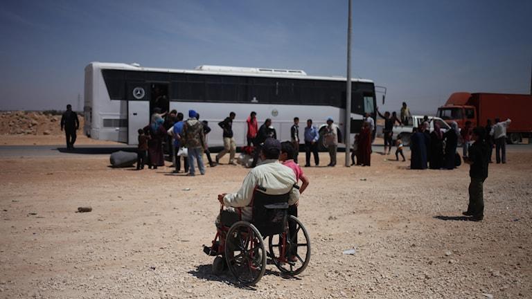 Polisens buss i Jordanien, vid flyktinglägret Zaatari, redo att köra tillbaka syriska flyktingar till Syrien. Foto: TT