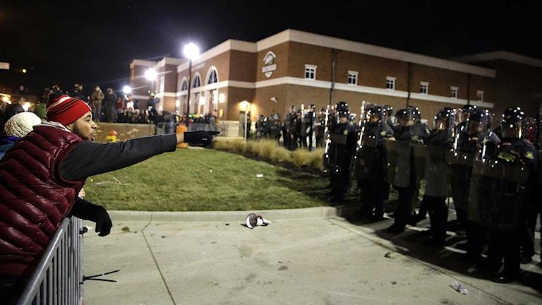Demonstranter konfronterar polis efter att ha hört juryns beslut. Foto: David Goldman/TT