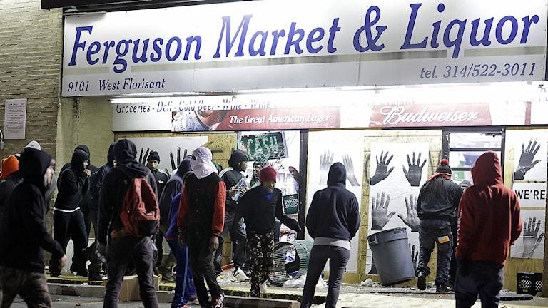 Vandalisering av en butik i Ferguson. Foto: AP Photo / Jeff Roberson / TT.