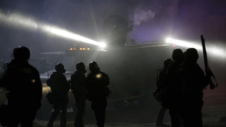 Polis på plats i Ferguson för att stoppa oroligheter. Foto: Charlie Riedel/TT.