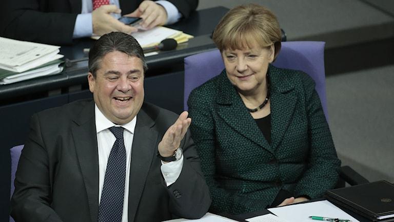 Socialdemokraternas ordförande och vice förbundskansler Sigmar Gabriel, och förbundskansler Angela Merkel i den tyska Förbundsdagen. Foto: Markus Schreiber/TT.