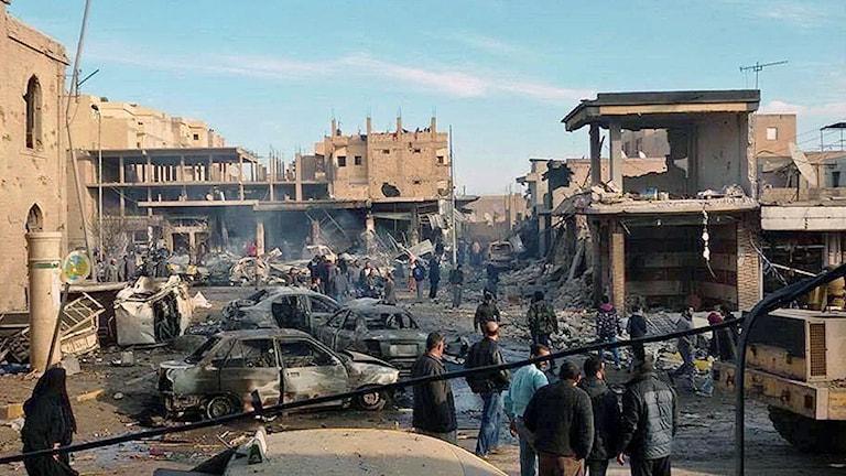 Flera bilar och byggnader är skadade i Raqqa efter den syriska regimens flygattack under tisdagen. Foto: AP Photo / Raqqa Is Being Slaughtered Silently / TT.