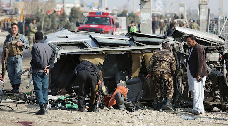 En bil tillhörande den brittiska ambassaden i Afghanistans huvudstad Kabul undersöks efter att ha utsatts för en självmordsattack. Foto: TT Photo/Rahmat Gul