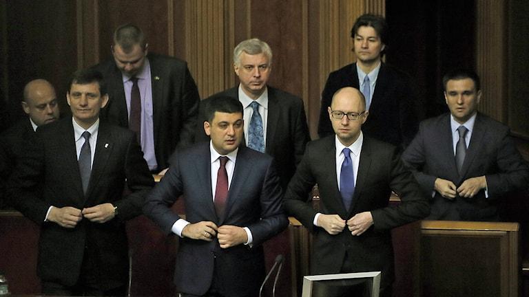 Ukrainas premiärminister Arseniy Yatsenyuk och hans kabinett under det första öppna mötet i det ukrainska parlamentet i Kiev. Foto: AP Photo / Efrem Lukatsky / TT.