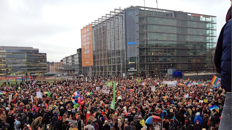 Tusentals människor samlades utanför riksdagshuset i Helsingfors inför beslutet om lagförslaget om samkönande äktenskap. Foto: Thella Johnson / Sveriges Radio.