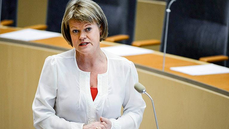 Ulla Andersson (V) i riksdagens talarstol. Foto: Vilhelm Stokstad/TT.