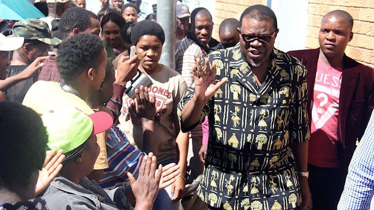 Namibias nya president Hage Geingob omgiven av anhängare. Foto: Jordaania Andima/TT.