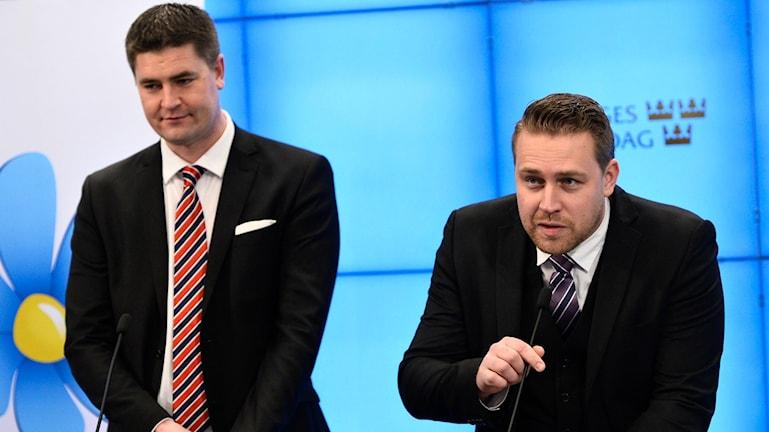 Sverigedemokraternas ekonomisk-politisk talesperson Oscar Sjöstedt (tv) och Mattias Karlsson tillförordnad partiledare. Arkivfoto: TT