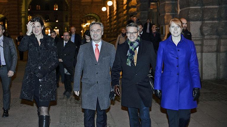 Alliansens partiledare Anna Kinberg Batra (M), Jan Björklund (FP), Annie Lööf (C) och Göran Hägglund (KD) går från riksdagen till mötet med regeringen. Foto: Pontus Lundahl / TT.