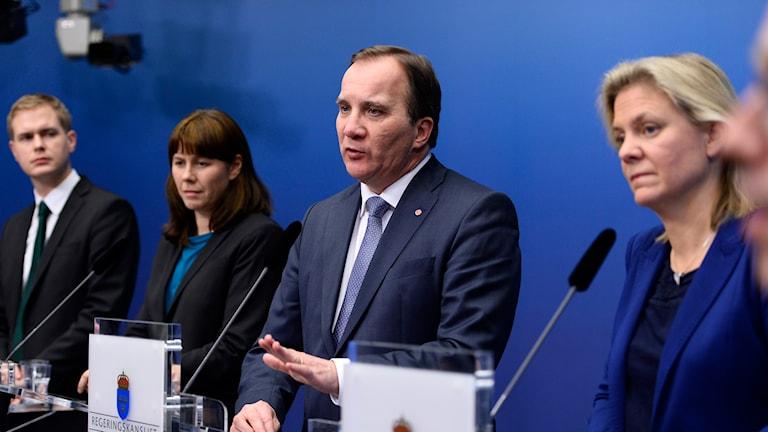 Regeringens Gustav Fridolin (MP), från vänster, Åsa Romson (MP), Stefan Löfven (S) och Magdalena Andersson (S) på presskonferens i Rosenbad. Foto: Maja Suslin/TT.