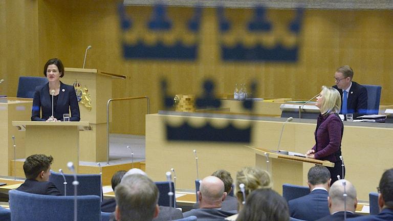 Anna Kinberg Batra (M) och finansminister Magdalena Andersson i talarstolen under dagens debatt om budgeten i Riksdagen. Foto: Janerik Henriksson / TT.