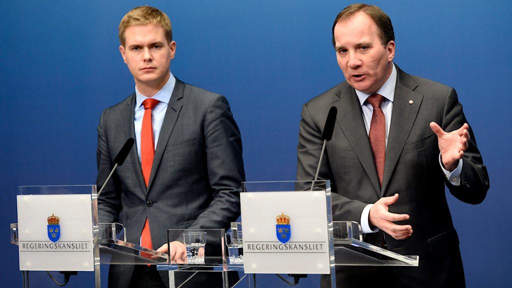Gustav Fridolin (MP) bredvid statminister Stefan Löfven meddelade att extraval skulle hållas i Sverige 22 mars 2015. Foto: TT