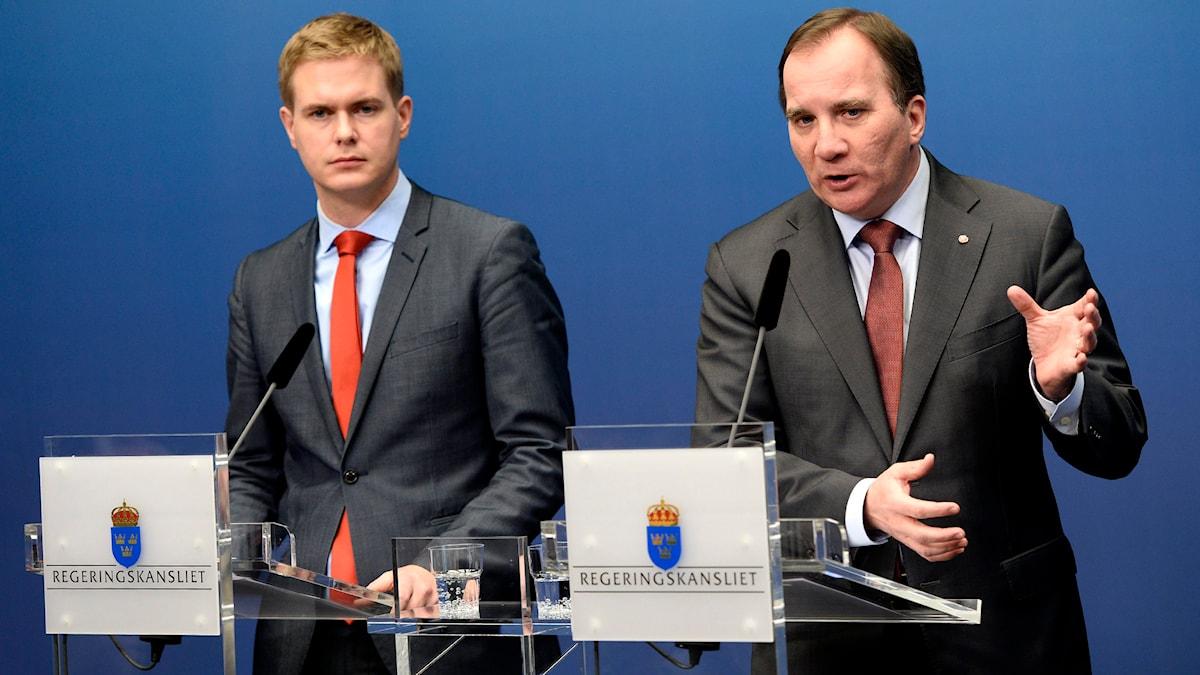Fustav Fridolin (MP) bredvid statminister Stefan Löfven meddelar att extraval kommer hållas i Sverige 22 mars 2015. Foto: TT