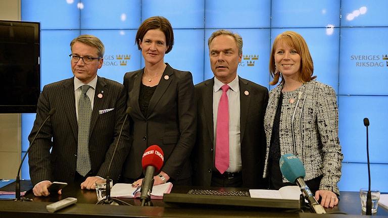 Alliansens partiledare vid onsdagskvällens presskonferens i riksdagen i Stockholm efter beskedet om extraval. Från vänster, Göran Hägglund (KD), Anna Kinberg Batra (M), Jan Björklund (FP), Annie Lööf (C). Foto: Pontus Lundahl / TT.