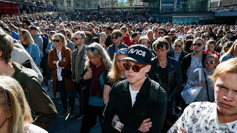 Emil Hultgren (mitten), 24 år, från Gotland, hedrar Avicii på Sergels torg på lördagen.