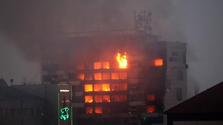 Brinnande hus i Groznyj. Foto: Musa Sadulayev/AP.