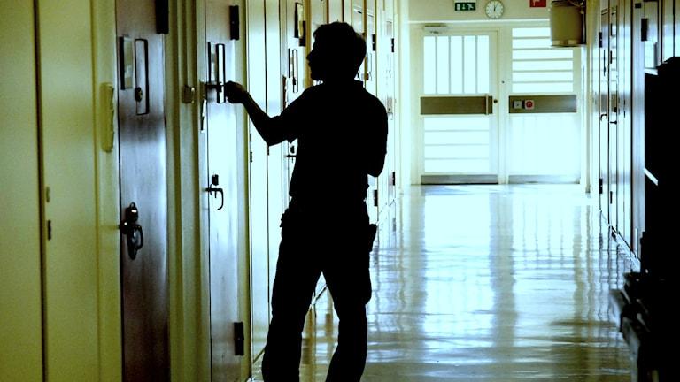En vakt i korridoren på Kronobergshäktet i Stockholm