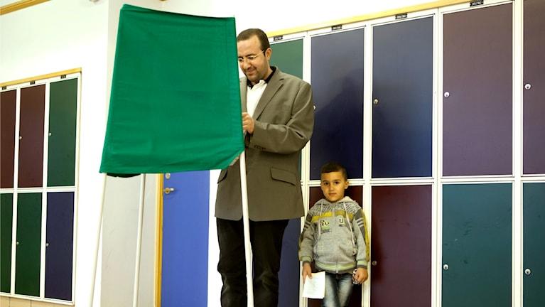 Muhammed Al-Mahdi med sonen Ali 5 år i Vallokalen Herrgården på Rosengårdsskolan.