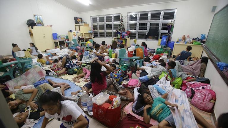 Människor har sökt skydd i en skola i östra Filippierna. Foto: TT.