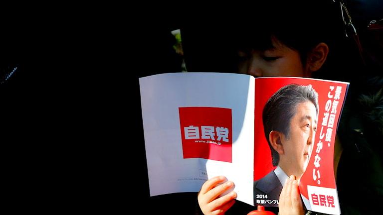 Japans premiärminsiter Shinzo Abe på omslaget av en tidning.