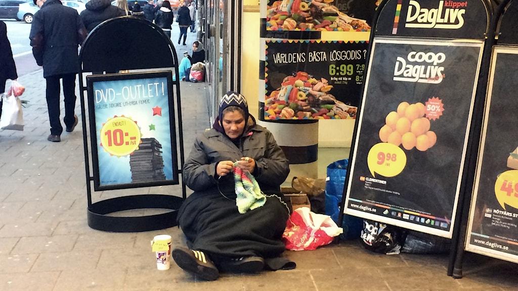 Manuelas plats. Här, utanför en mataffär på Sankt Eriksgatan i Stockholm, brukar hon sitta. Foto: Randi Mossige-Norheim/Sveriges Radio.