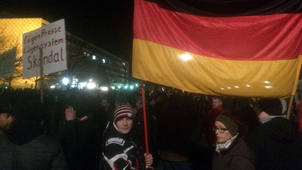 """På en av skyltarna vid den stora demonstrationen i Dresden mot invandring står det: """"Medierna ljuger"""". Foto: Daniel Alling/Sveriges Radio."""