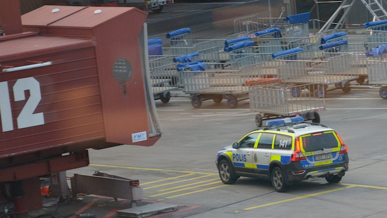 Polisen på plats på Arlanda efter bombhot. Foto: Johan Nilsson/TT.