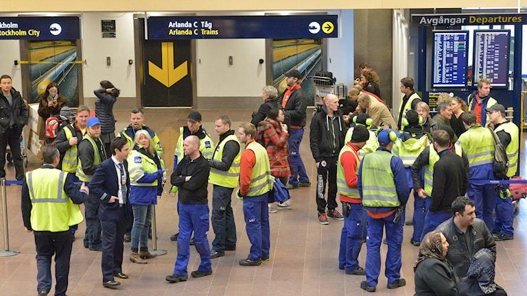 Polisen undersöker just nu ett misstänkt bombhot på Arlanda och gater vid terminal fem har spärrats av. Foto: Johan Nilsson/TT.