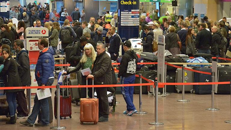 Väntande resenärer i ankomsthallen på terminal 5 på Arlanda flygplats. Polisen undersöker just nu ett misstänkt hot mot flygplan. Foto: Johan Nilsson/TT.