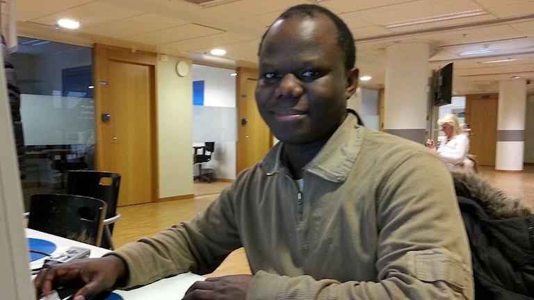 Dennis Kabanda vill gärna ha ett jobb inom vården. Foto: Anders Jelmin/Sveriges Radio