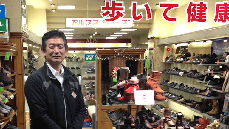 Skohandlaren Tetsuji Kobayashi ser inga förbättringar i ekonomin, många av hans kunder hör till förlorarna när yenen har sjunkit i värde och momsen höjts. Foto: Kristian Åström / Sveriges Radio