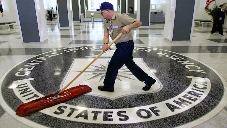 Anställd moppar golvet på CIA:s huvudkontor. Foto: J. Scott Applewhite/TT.