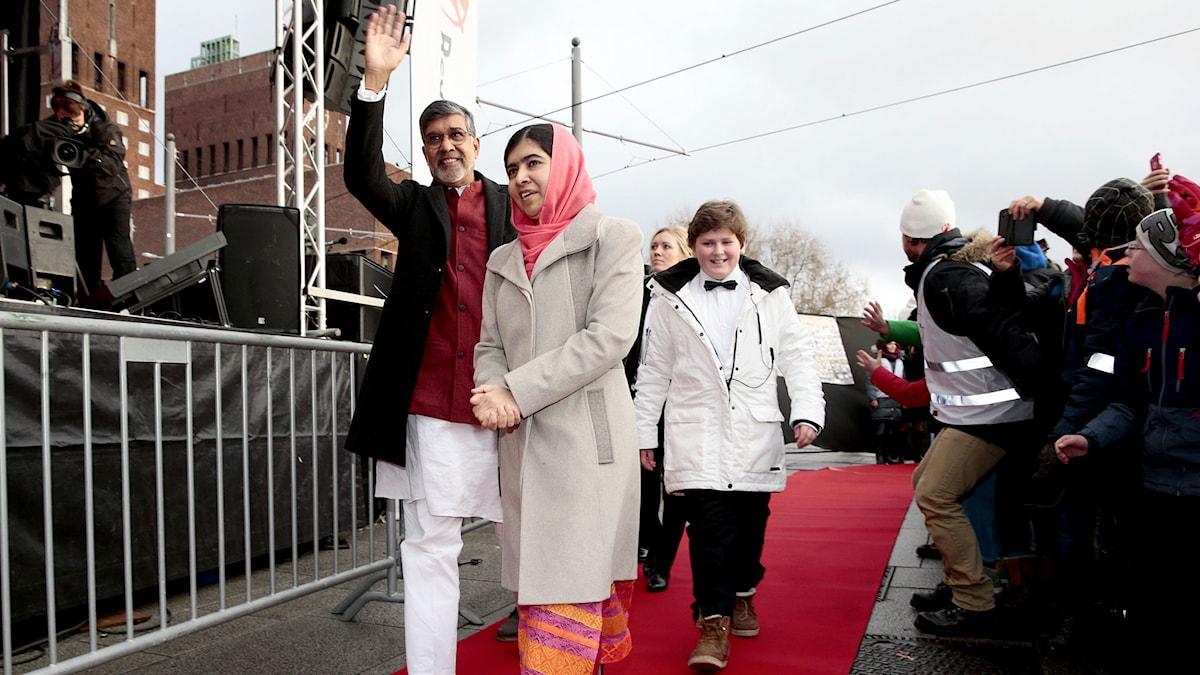 Nobels fredspristagarna Malala Yousafzau och Kailash Satyarthi på röda mattan i Oslo i Norge. Foto: Hakon Mosvold/TT.