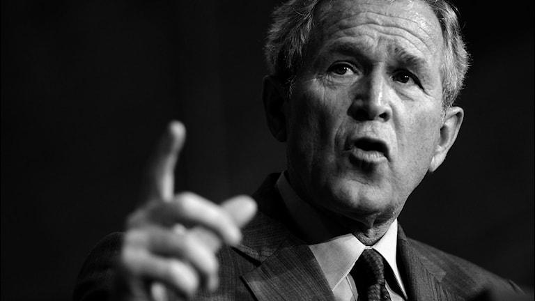 George Bush i svartvitt.