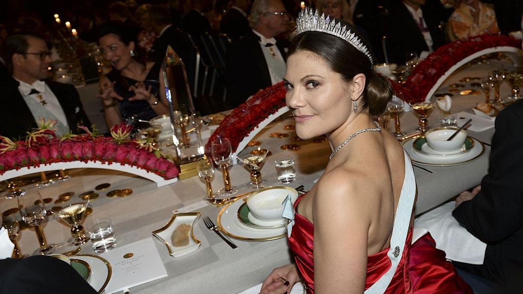 Kronprinsessan Victoria vid bordet under Nobelbanketten i Blå Hallen i Stadshuset i Stockholm på onsdagen. Foto: Fredrik Sandberg / TT.