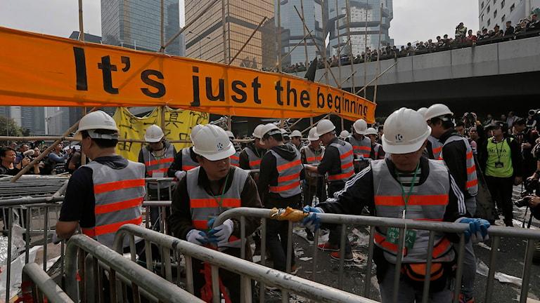 Myndigheterna har börjat röja undan demonstrandernas barrikader i Hongkong. Foto: Vincent Yu/TT.