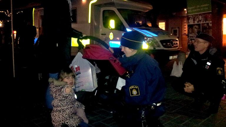 Poliser hälsar på barn i Angered.