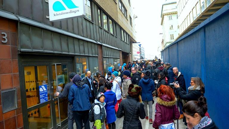 Folkmassa utanför Arbetsförmedlingens kontor på Sveavägen i Stockholm.