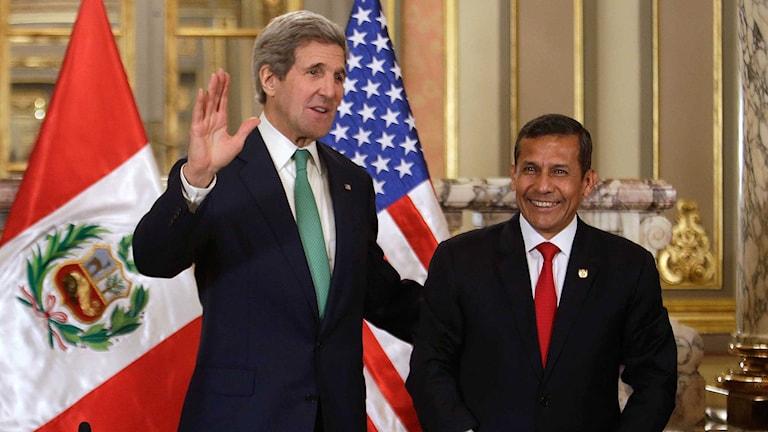 USA:s utrikesminister John Kerry och Perus president  Ollanta Humala på klimatmötet i Lima. Foto:Martin Mejia/TT